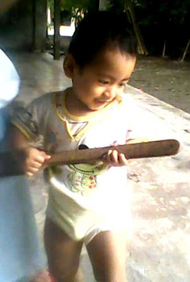 +balita atau anak kecil lucu dan menggemaskan mempraktekan gaya main gitar seperti pemain gitar profesional
