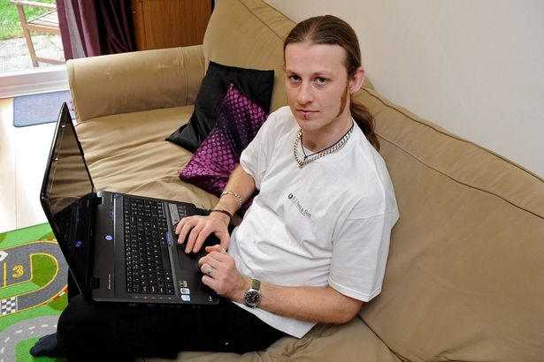 Scott Reed bersama laptop di ribanya.