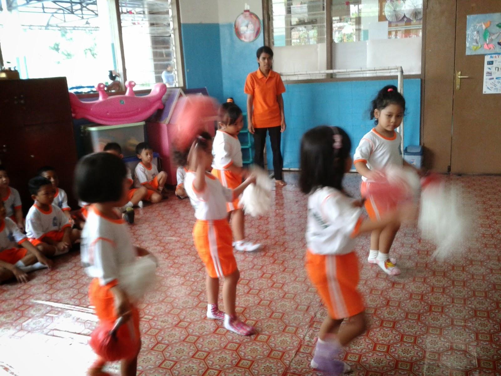 setelah kelas menari selesai anak anak minum terlebih dahulu baru masuk ke kelas nah anak anak langsung diberikan tugas mewarnai lagi dengan crayon