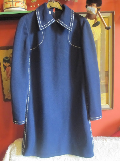 One month ago , I found two vintage classic spring coats in a yard sales  ( here ).  I 've already tranformed  the black one ( here )  shorter , with a white contrast stitch to accentuate the a-line shape.  Now , it's the turn to the navy one : shorter , with white and red topstitches .I love contrast stitches ! part 2 topstitch topstitching stitch stitching topstitches stitches vintage 60 1960 1960s 60s 60's 1960's 70s 1970s 70's 1970's red white blue black navy yellow dress jacket crop cropped coat bag handbag mod fashion retro mode yard sales garage sale