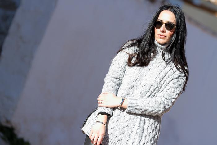 Outfit en gris y negro de blogger de moda Valencia