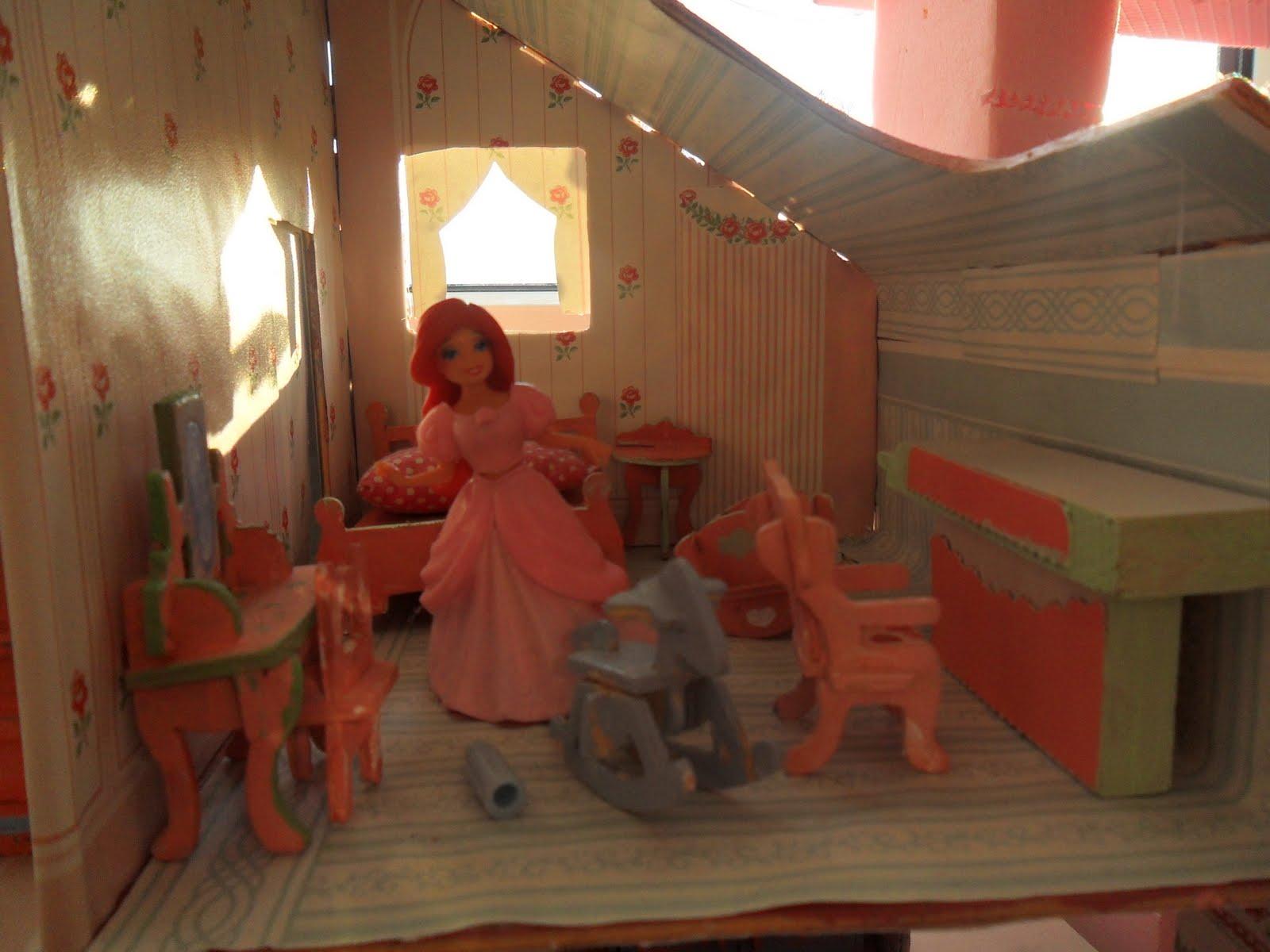 Im Kinderzimmer Puppenhaus