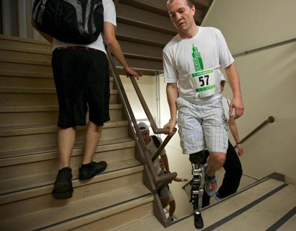Homem sobe 103 lances de escada com prótese comandada pelo cérebro