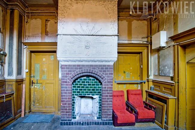 Toruń: zabytkowy kominek na klatce schodowej