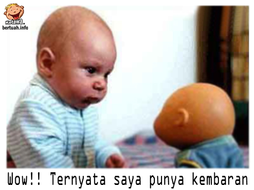 Baby Yang Punya Kembaran Boneka