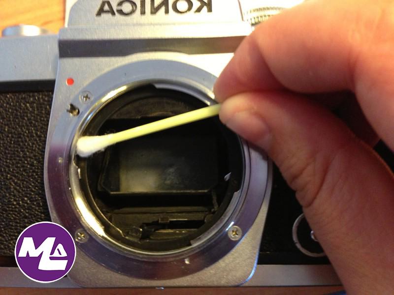كيف يمكنني أن أنظف عدسات الكاميرا الخاصة بي