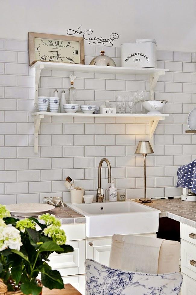 białe wnętrze, styl skandynawski, wiklinowy koszyk, ratanowy koszyk, półka, kuchnia, zlew, retro kran