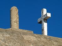 Detall de la creu i el vèrtex geodèsic que hi ha damunt la teulada de l'ermita