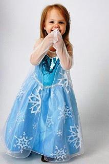 Lucunya anak perempuan ini pakai dress elsa frozen
