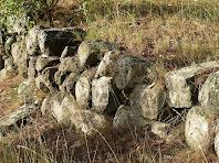 Restes de les antigues muralles situades al peu de l'ermita de Santa Àgata