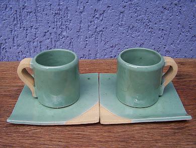Par de xícaras de chá com placas de apoio