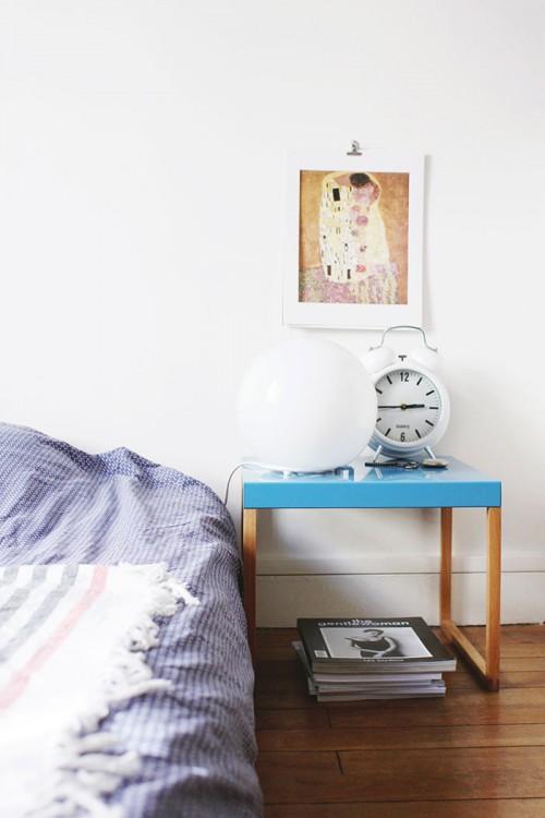 Habitación nórdica sencilla en tonos azules