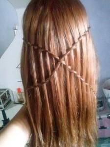 Para esas mujeres que le gusta innovar en su cabello esta esas trenzas fáciles de hacer, hacia uno de los lados de la cabellera se tejen dos trenzas bien