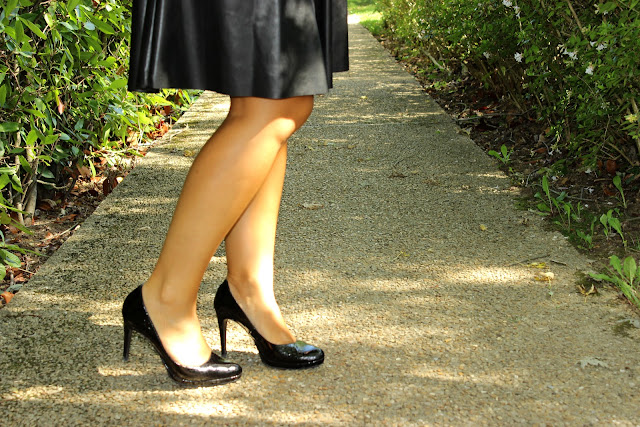Jupe mi longue simili noire Naf Naf, escarpins noirs vernis, pochette minelli