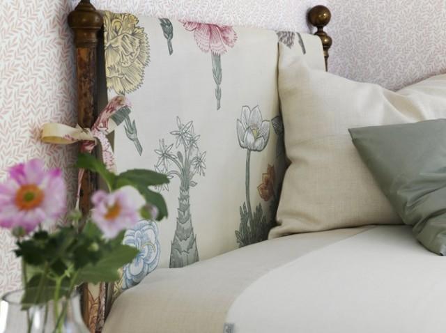 cabecera de cama hecha con madera y tela