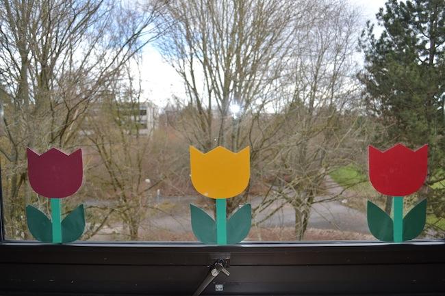 Blumen an die fenster fadenspiel und fingerwerk - Fensterdeko klassenzimmer ...
