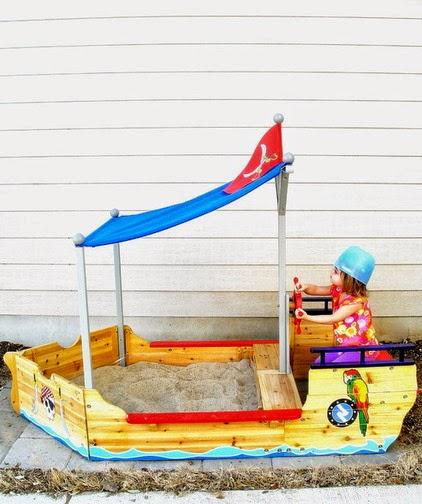 Arenero de madera con forma de barco