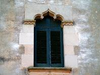 Detall d'una finestra goticitzant de la façana de ponent de Ca n'Oliveres