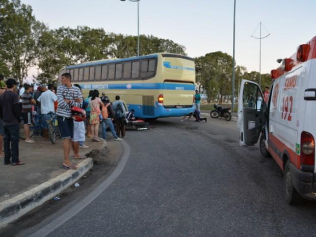 Homem e mulher morrem após colisão entre ônibus e motocicleta (Foto: Anderson Oliveira/Blog do Anderson)