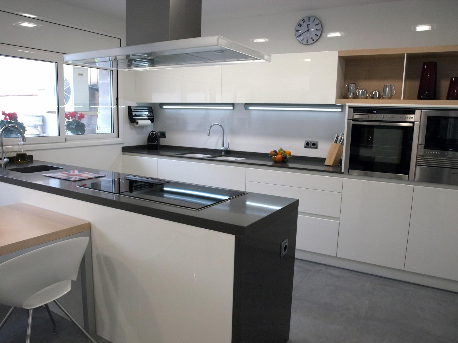 Cocina en laca alto brillo con peninsula y zona de columnas - Cocinas con peninsula ...