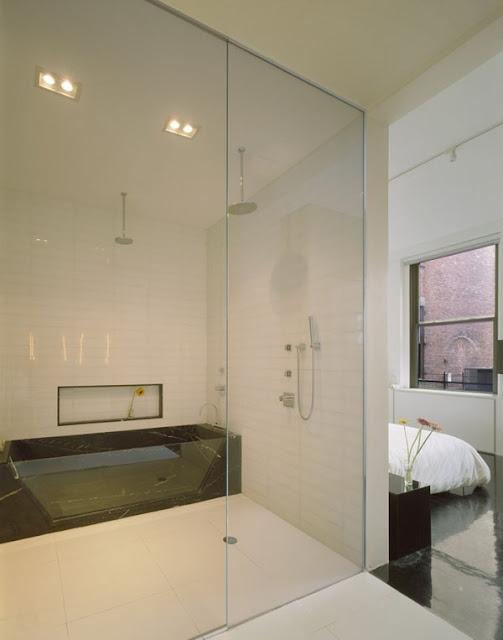 Ванная комната с мраморно-стеклянной ванной