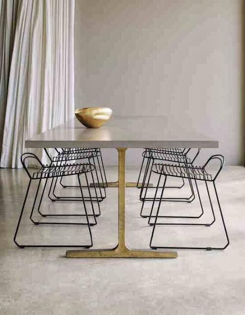MInimalistyczny design drucianych krzeseł