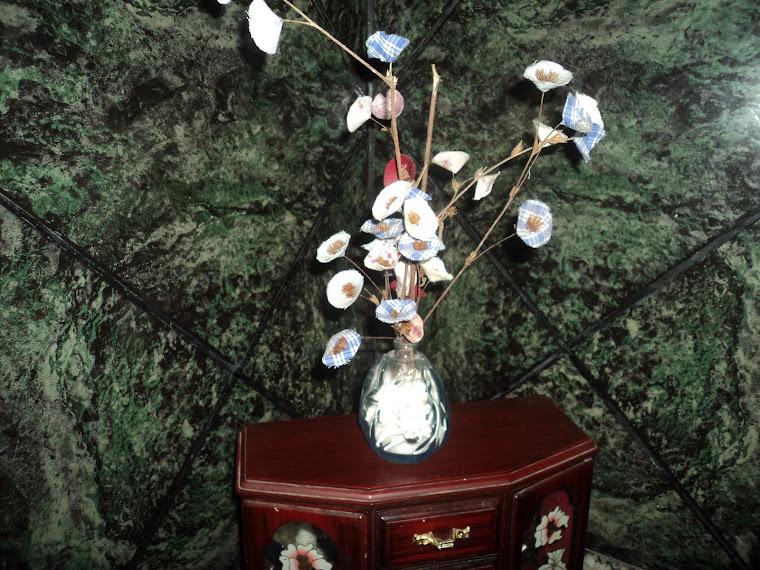 Flores de Retalhos de Tecido,  em vasinhos,  (vidros de perfume reciclados)