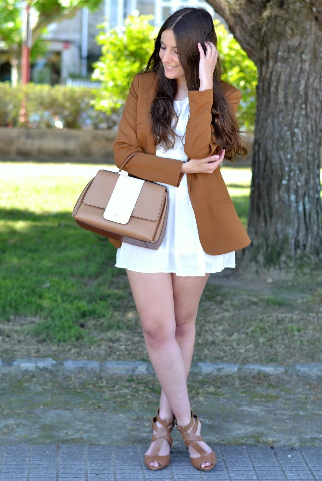 combinar blazer camel y vestido blanco