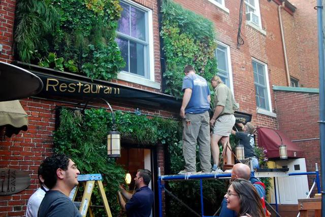 Antes e Depois: fachada de restaurante ganha vida com parede ecológica