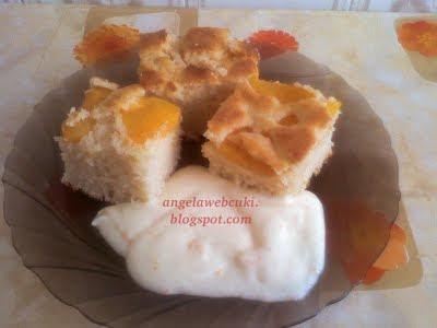 Barackos joghurtos pite narancsos vaníliás öntettel, kevert tésztás sütemény.