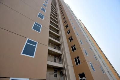 Apartemen dengan jendelan lukisan