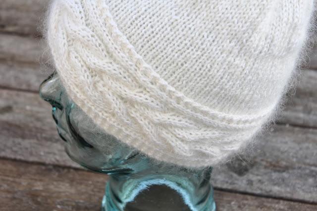 Hvit myk lue med flettet brem