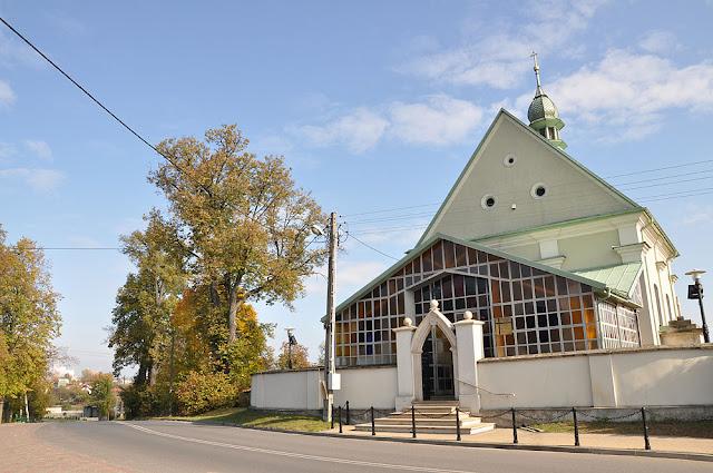 Końskie, kościół p.w. św Anny i św. Jana Chrzciciela, grupa potężnych czterech lip o obwodach 4,70 m, 3,70 m, 3,10 m i 2,50 m. Fot. Bartłomiej Woźniak.