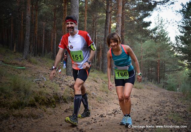 una pareja de corredores ascienda una de las rampas del recorrido