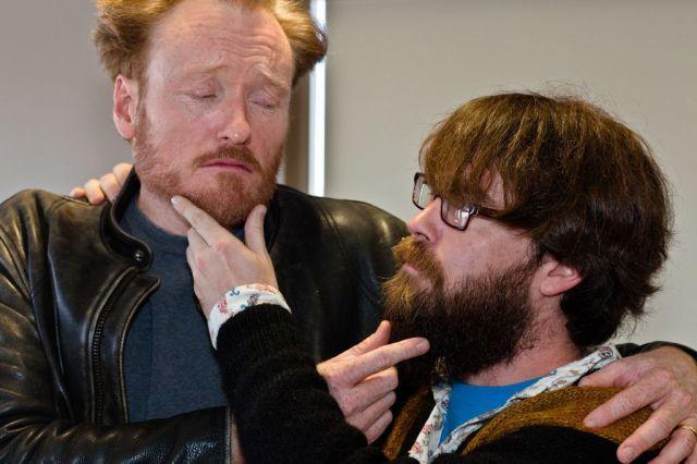 Homens tocando na barba do amigo