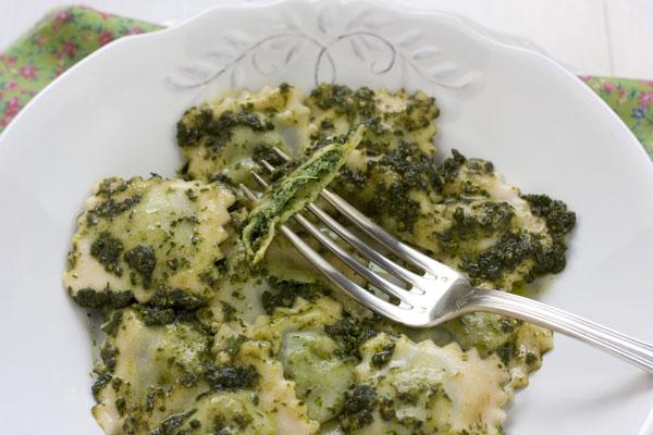 Raviolis rellenos de espinacas y ricotta con pesto de - Como se hace la salsa pesto para pasta ...