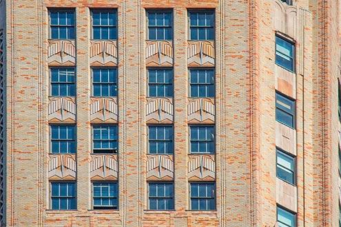 aparte de los bonitos detalles escultricos en bajo relieve en la fachada tambin destacan el del ladrillo color salmn y las ventanas de