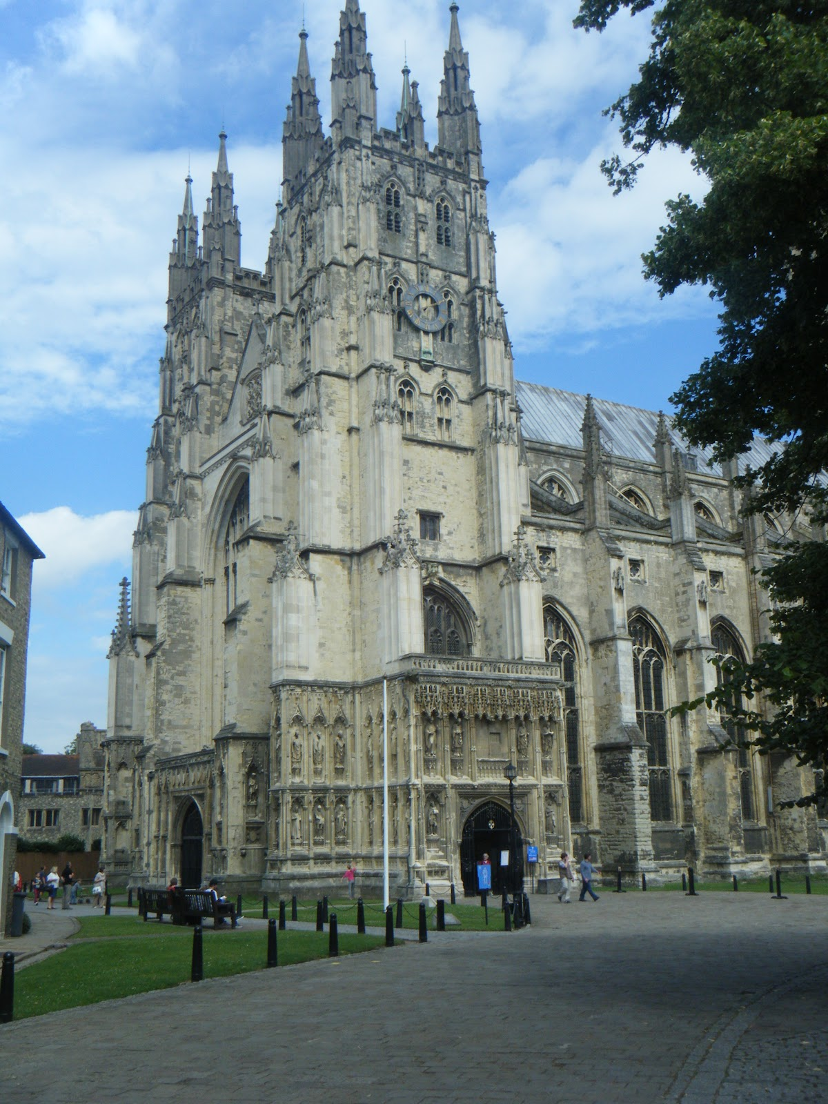 the history of the medieval cathedrals Cathedrals and castles building in the middle ages the lofty spires of gothic cathedrals and massive fortifications of  introduction to the history of medieval.