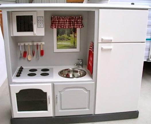 Cocina para niños con mueble reciclado