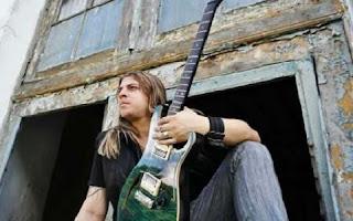 O pernambucano Ian Marinho, do grupo Forró Anjo Azul, está no lugar de Chimbinha como guitarrista.