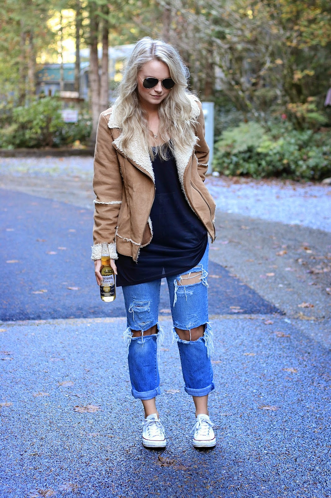 how to style distressed jeans