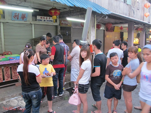Siniawan Bazaar Night Market - queing for food!