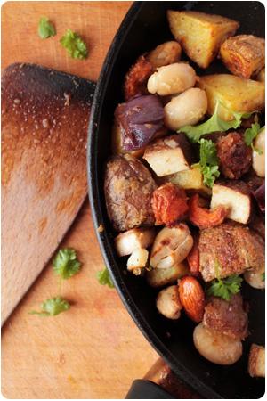 Geröstete Kartoffeln, Möhren, Topinambur mit Bohnen und Nüsse