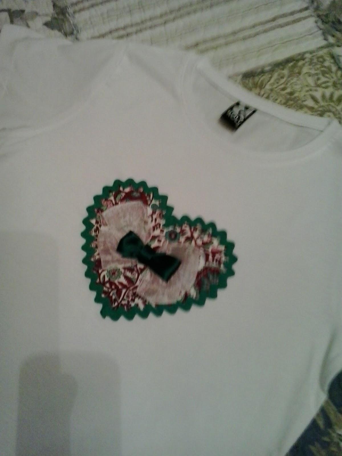 camiseta con detalle de corazon estampado y lazo