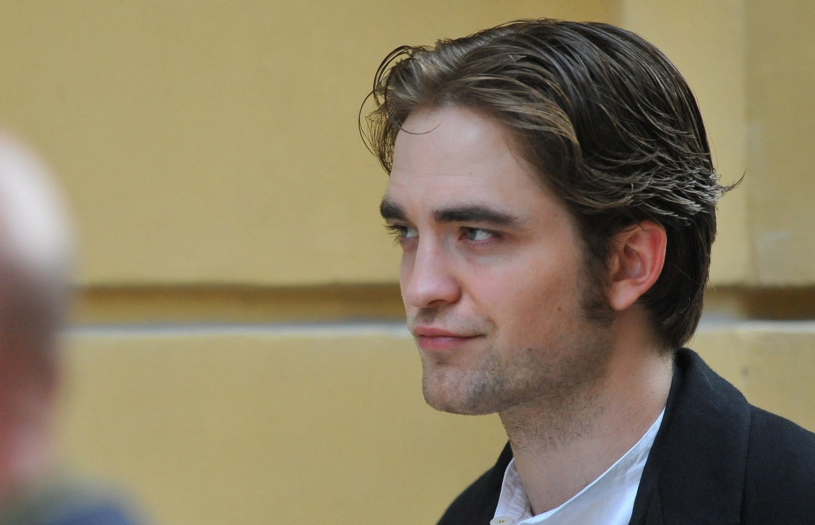 http://4.bp.blogspot.com/-k79h5Gil5Pc/TZNBgN4ByiI/AAAAAAAAAo8/Rs1oWy4VaaU/s1600/Rob-on-Bel-Ami-Set-in-Budapest-April-6th-robert-pattinson-11349241-2386-1536.jpg