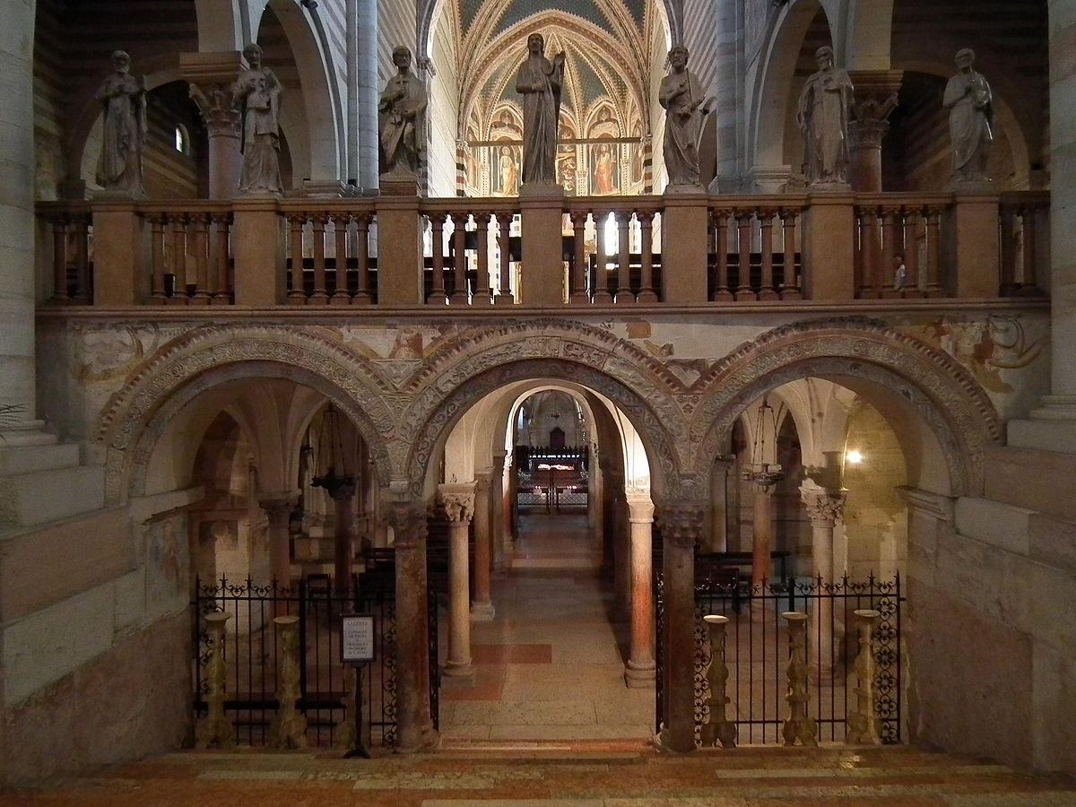 Stairway leading to the crypt in San Zeno. Photo: WikiMedia.org.