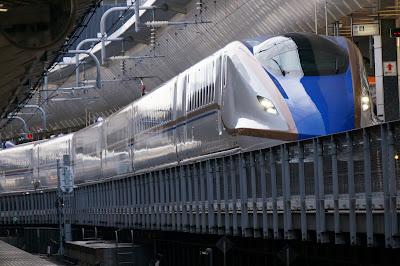 東京駅に到着するE7系