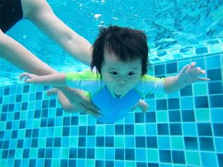 Bayi Budak Kanak Kanak Belajar Berenang Menyelam