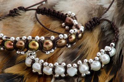 Pulsera de perlas blancas o marrones y bolas de plata, montada en nylon marrón, con terminales en plata