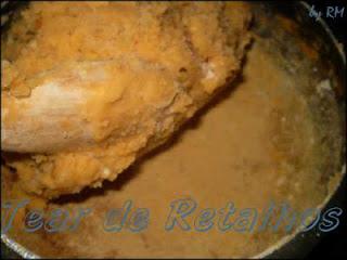 Cozinhando a massa do croquete de carne. Quando desgruda do fundo da panela já está no ponto.